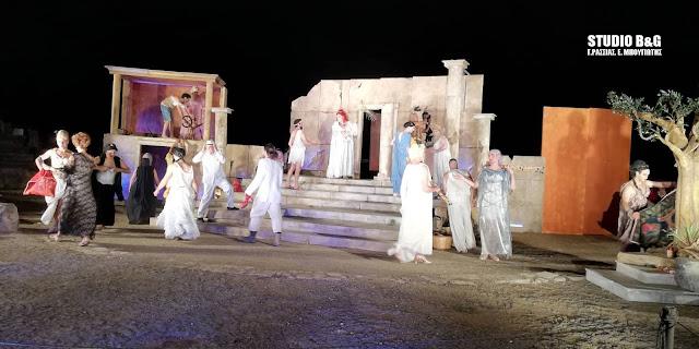 """Καταχειροκροτήθηκαν οι """"Εκκλησιάζουσες"""" του Αλ. Ρήγα στο Αρχαίο Θέατρο Άργους"""