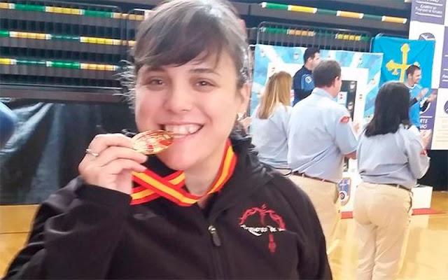 La illescana Alicia García Garcíamuerde la medalla conseguida. IMAGEN COMUNICACION ILLESCAS
