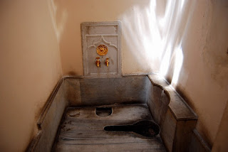 les toilettes, à la turque bien entendu, du sultan, avec robinetterie rehaussée d'or…