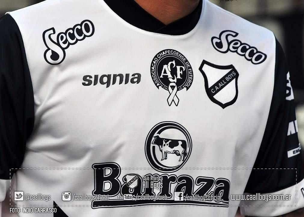 cdb686a1a6 All Boys faz nova homenagem em sua camisa para a Chapecoense - Show de  Camisas