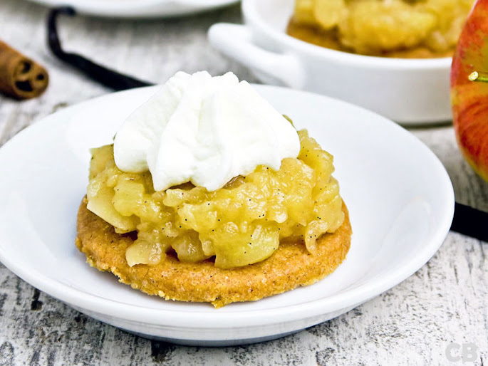 Mini-appeltaartjes: krokante kaneelbodempjes met een verrukkelijke appelvulling en een toefje slagroom