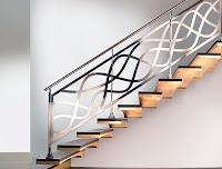 Dalgalı parlak metalden yapılmış bir merdiven korkuluğu