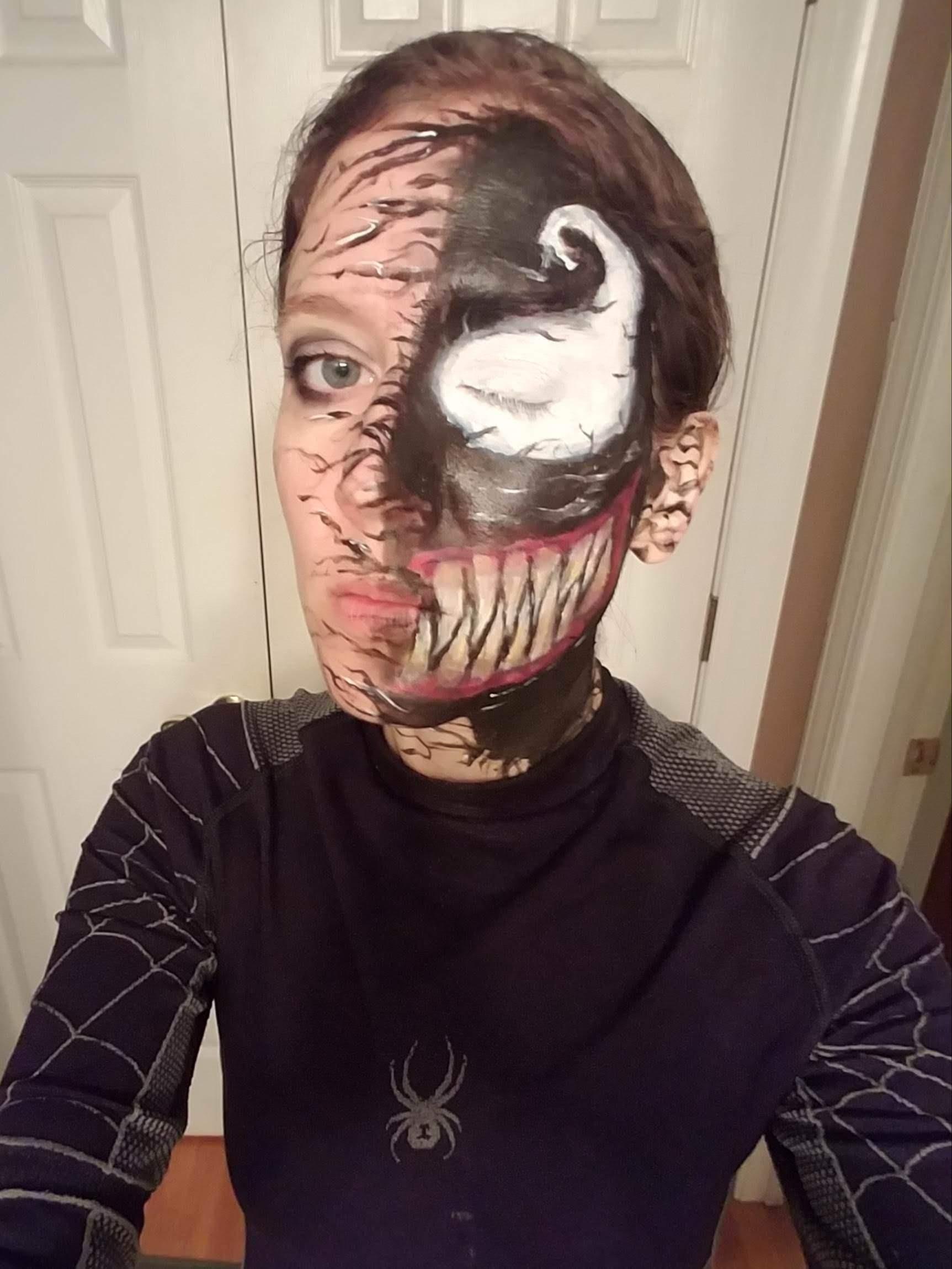 A High school librarian trying to scare students on Halloween as She-Venom : ハロウィンに女版ヴェノムのシーヴェノムとして登校し、学生たちにウケた高校の図書館にお勤めの司書の人 ! !