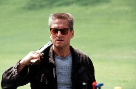 Foster holding gun Falling Down 1993 Michael Douglas movieloversreviews.blogspot.com