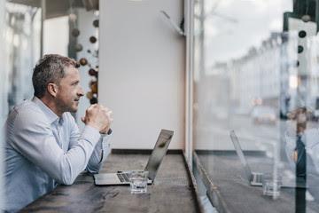 En una empresa un hombre discapacitado mira por la ventana