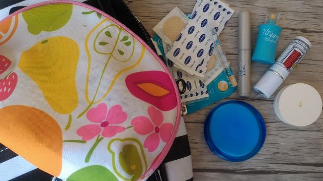 Qué llevo en mi bolso del trabajo - Neceser con jabón en láminas, colonia, tiritas y bálsamos labiales