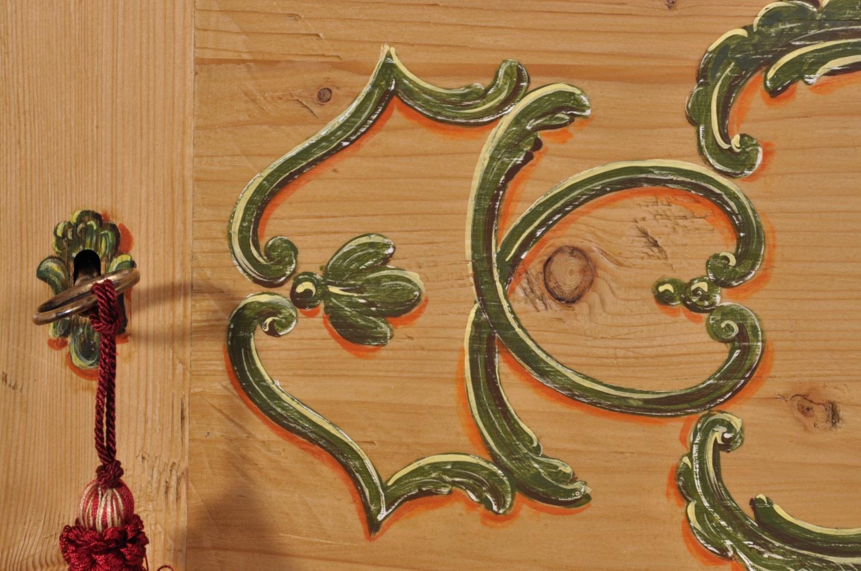 Armadio a due ante sagomato e decorato a mano raffigurante ...