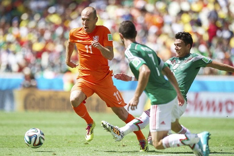 Arjen Robben thường xuyên gây khó khăn cho hàng phòng ngự của đối phương