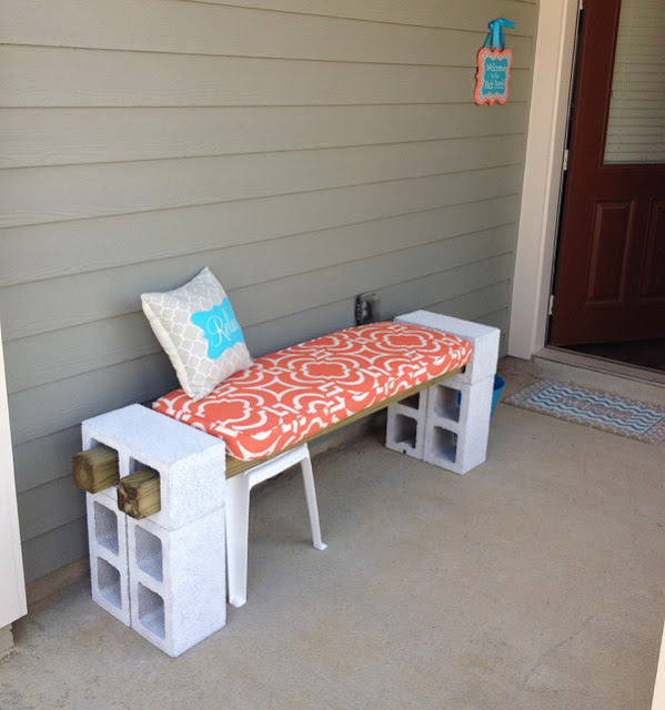 مقعد مصنوع من طوب البناء