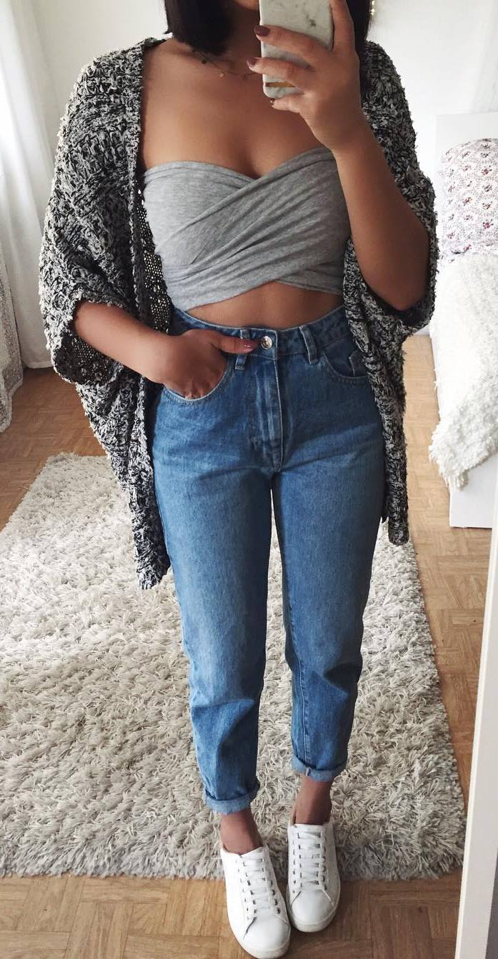 what to wear with a crop top : cardi + boyfriend jeans + sneakers