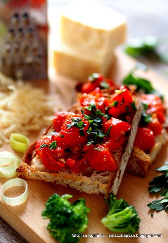 kromka chleba, pomidorki koktajlowe, grzanka z pomidorem, pomidor, grzanki do zupy