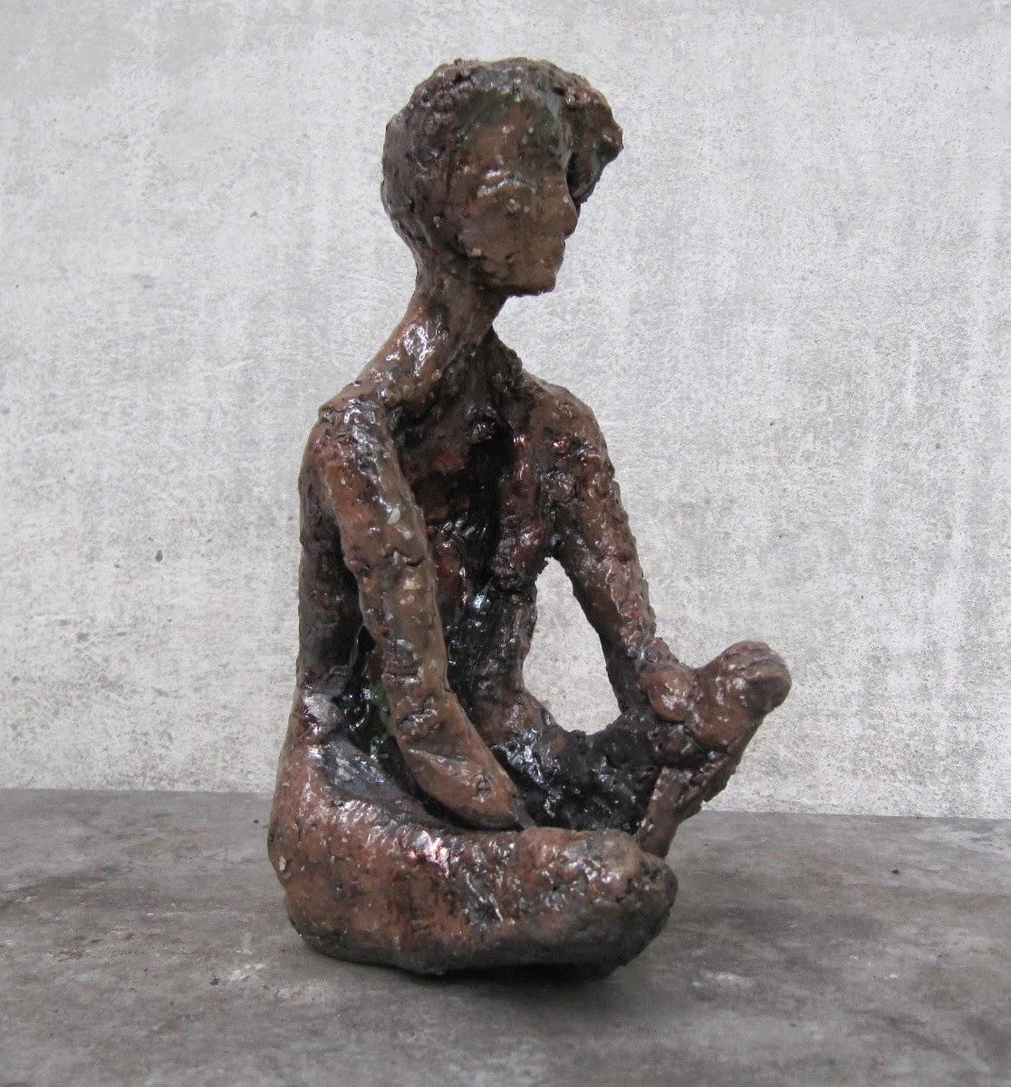 Rzeźba współczesna siedząca postać kolor brązowy