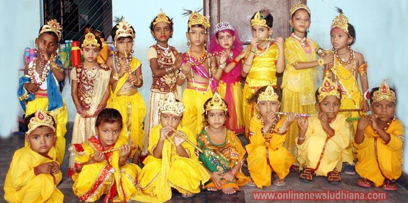 एस.वी.एन स्कूल में जन्माष्टमी उत्सव के दौरान राधा, कृष्ण बनकर आए नन्हे मुन्हे विधार्थी