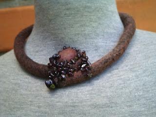 colar feltrado e bordado com cascalhos de pedras brasileiras-biojoia