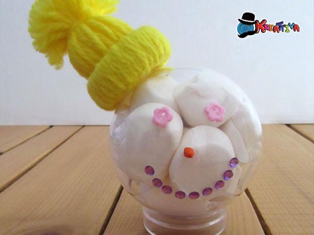 Regalo di natale last minute fai da te: sfera personalizzata con bottoni e mashmallow
