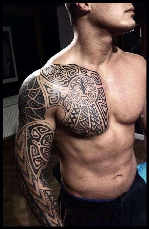 Tatuajes en pectorales de estilo maorí