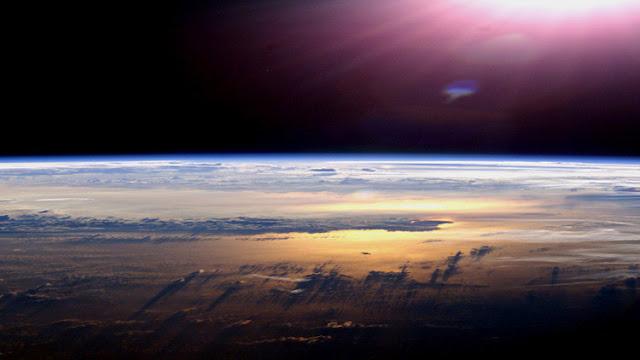 Un 'conspirólogo' explica por qué cree que la Tierra es plana y hay un muro de hielo en la Atlántida
