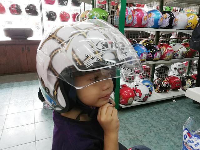 PERCUTIAN BANDUNG DAY 4 : ISTANA HELMET - Finally last day kat Bandung. Kami check out dari hotel dalam 10 pagi. Terus plan nak ke Bandung Airport. Tapi, daddy teringat tentang helmet nak, cuci lmata sekejap. Lagi pun flight kami dalam 2.50 petang. Memang sempat sangatlah nak ke Istana Helmet Bandung tu.   PERCUTIAN BANDUNG DAY 4 : ISTANA HELMET Last day, day 4 di Bandung. Sedih pulak rasanya, memang tak puas jelajah satu Bandung ni. Lebih dari 40 tempat menarik ada di sini. kami baru dapat 15 tempat menarik je pergi (lebih kurang). Ada rezeki, boleh ke sini lagi. Insyaallah !       Istana Helmet, di Bandar Bandung   Dzal try helmet spiderman.    Murah dalam RM30 je ni  Berbanding, helmet basikal depa kat rumah yang cikai pun dah RM28 macam tu. Kalau jatuh main roller blade, boleh pecah tu !   Bukan stiker tau, lukisan ni cat ! Memang best buat koleksi lawa !    Siap cover kaca tu ha.   Adik pun sama, tengok helmet ke sana sini   Lama giler daddy ni tau, lebih sejam duduk sini. Cepat daddy..nak ke airport kita tau !   Frozen pun ada, jenama WTD dan macam-macam jenama ada   Dia pilih ni pulak, rambang mata   Selfie je lah !    bebudak ni pun sama, nak memilih jugak !   Tak sampai seratus harga !   Sangat comel !    Capek, masuk kereta dulu lah, Daim nak tidur . Daddy temankan Dzal pergi toilet. Dan kami teruskan perjalanan ke Airport lepas tu !