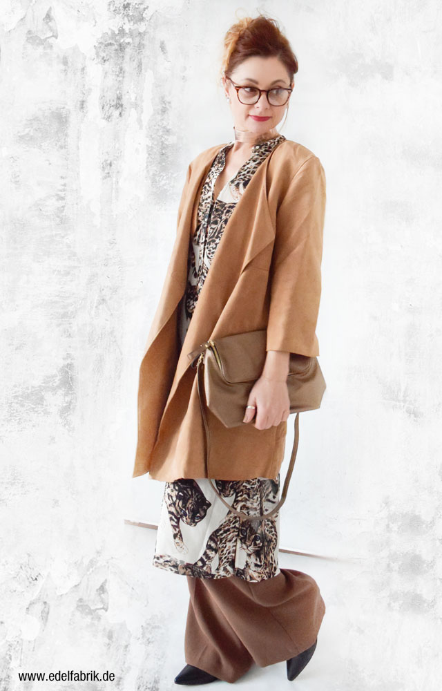 Wildledermantel mit weiter Hose und Print Bluse, Ü40 Blog