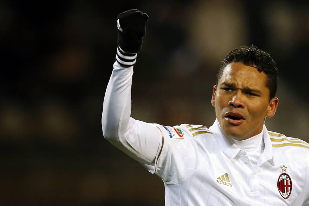 Carlos Bacca converteu o pênalti que decretou o empate do Milan contra o Torino (Foto: AFP PHOTO / MARCO BERTORELLO)