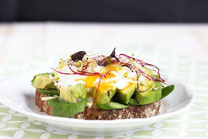 """Herzhaftes Frühstücksbrot mit Pestobutter,Avocado und pochiertem Ei - """"Mein Frühstücksglück"""""""