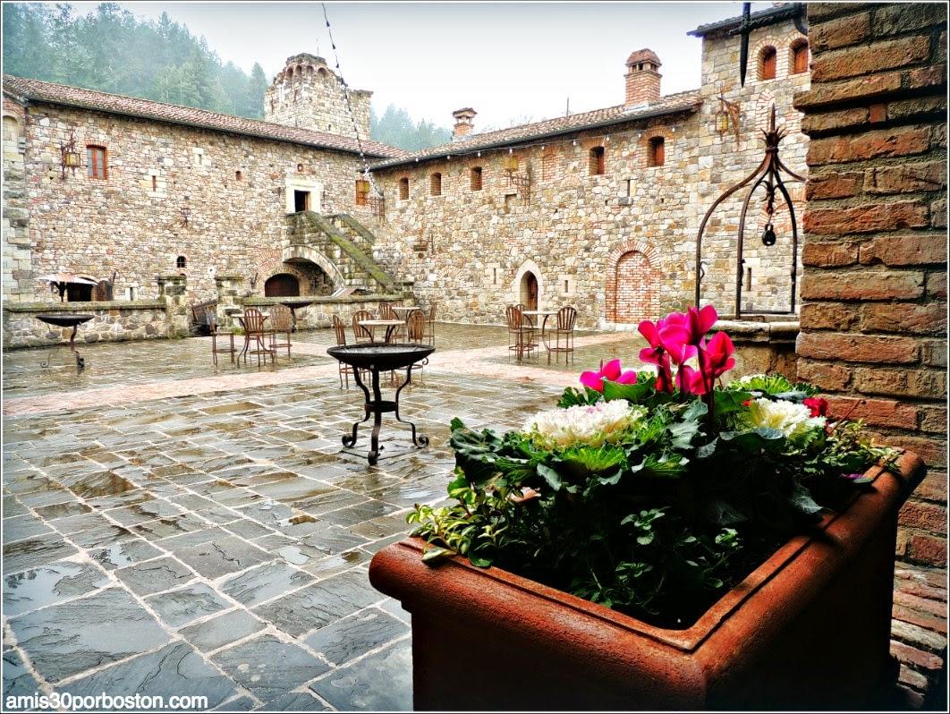 Ruta por las Bodegas del Valle de Napa: Patio Interior del Castello di Amorosa