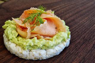 Tortita de arroz, con salmón y aguacate