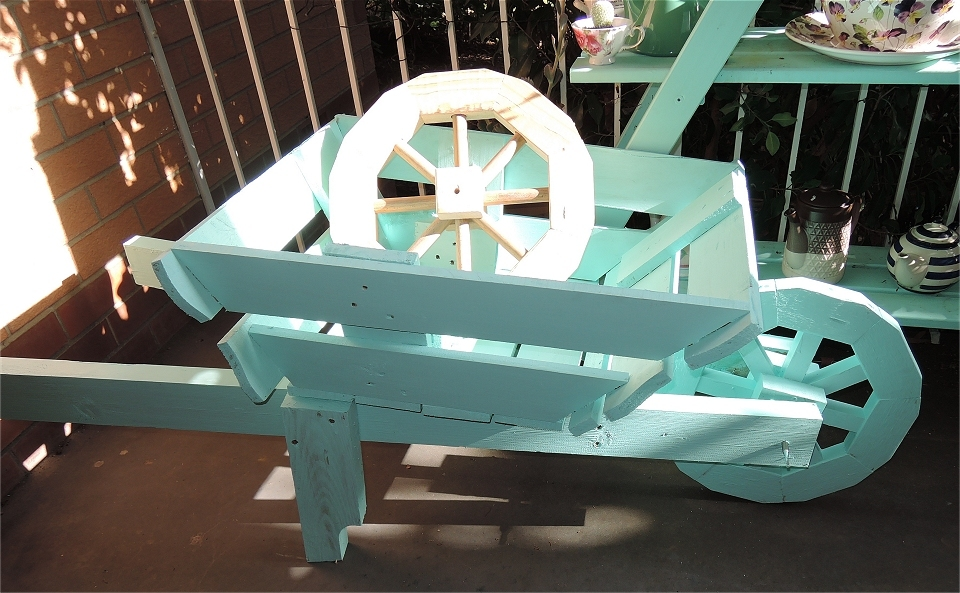 Wooden Wheelbarrow Planter- with free plans/instructions ...