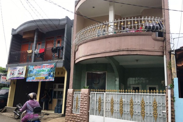 Tempat tinggal Firza Husein itu dicat pink pucat dengan pagar putih yang tertutup rapat