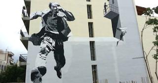 Τεράστιο γκράφιτι στην μνήμη του Θανάση Βέγγου, έφτιαξαν σε πολυκατοικία στην Πάτρα