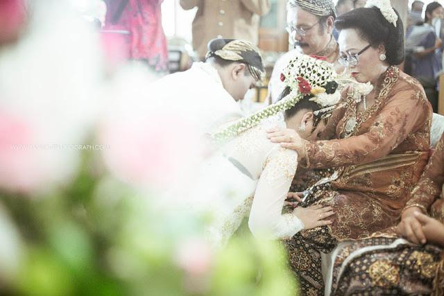 foto sungkeman pada orang tua dalam pernikahan di gereja katholik