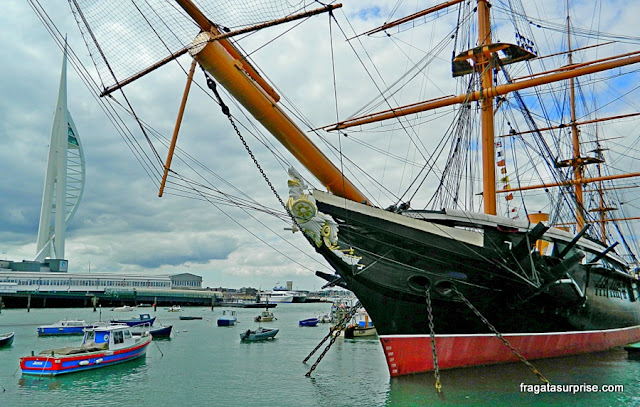 O navio Warrior e a Spinnaker Tower de Portsmouth
