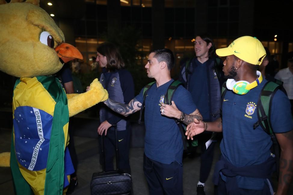 58b1e5998e O mascote cumprimentou jogadores e orquestrou a galera que se reuniu para  saudar os brasileiros. Em Moscou
