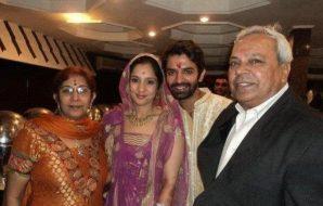 Foto Barun Sobti dengan Orangtuanya dan Istrinya
