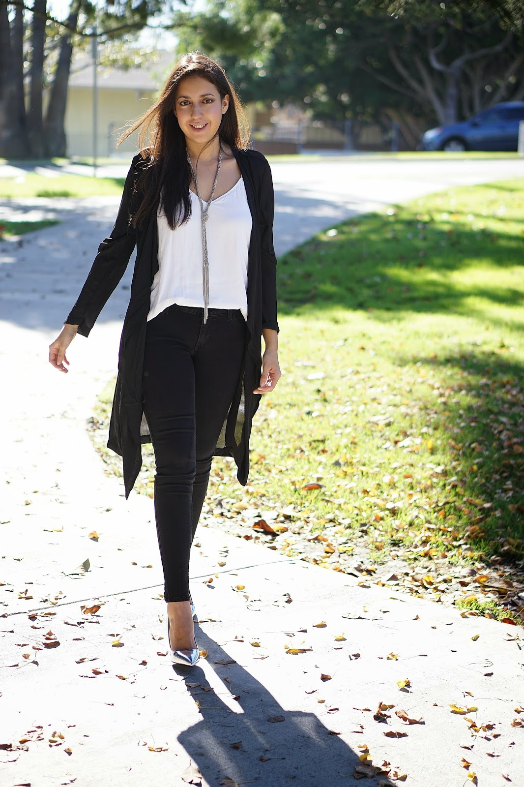 Latina Fashion Blogger, Fashion Blogger, Zara metallic heels, Zara Silver Pumps, Black Levis Jeggings, JCPenney, Levis Jeans, Mango White Top, Foreign Exchange Cardigan, Black Trench Coat, White and Black Outfit,