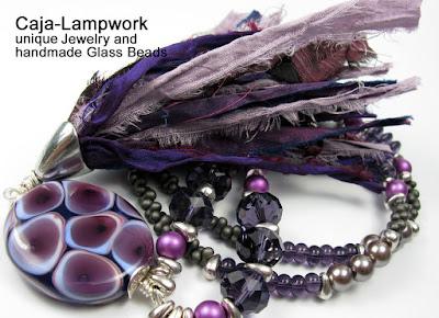 lange Kette mit lila Lampworkperle und Bubble Bläschen