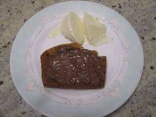 Part de cake au beurre de cacahuètes avec du Nutella et de la glace
