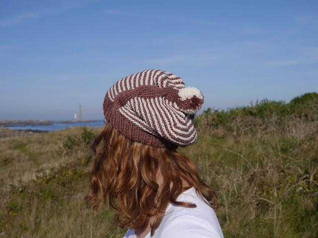 bonnet en laine teinte naturelle au vin