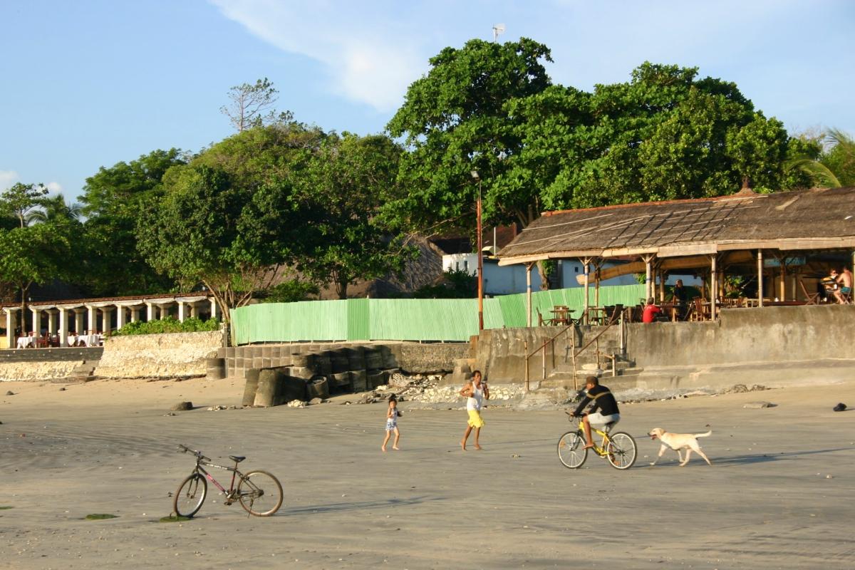 꾸따비치에서 운동 중인 사람과 자전거를 타는 사람