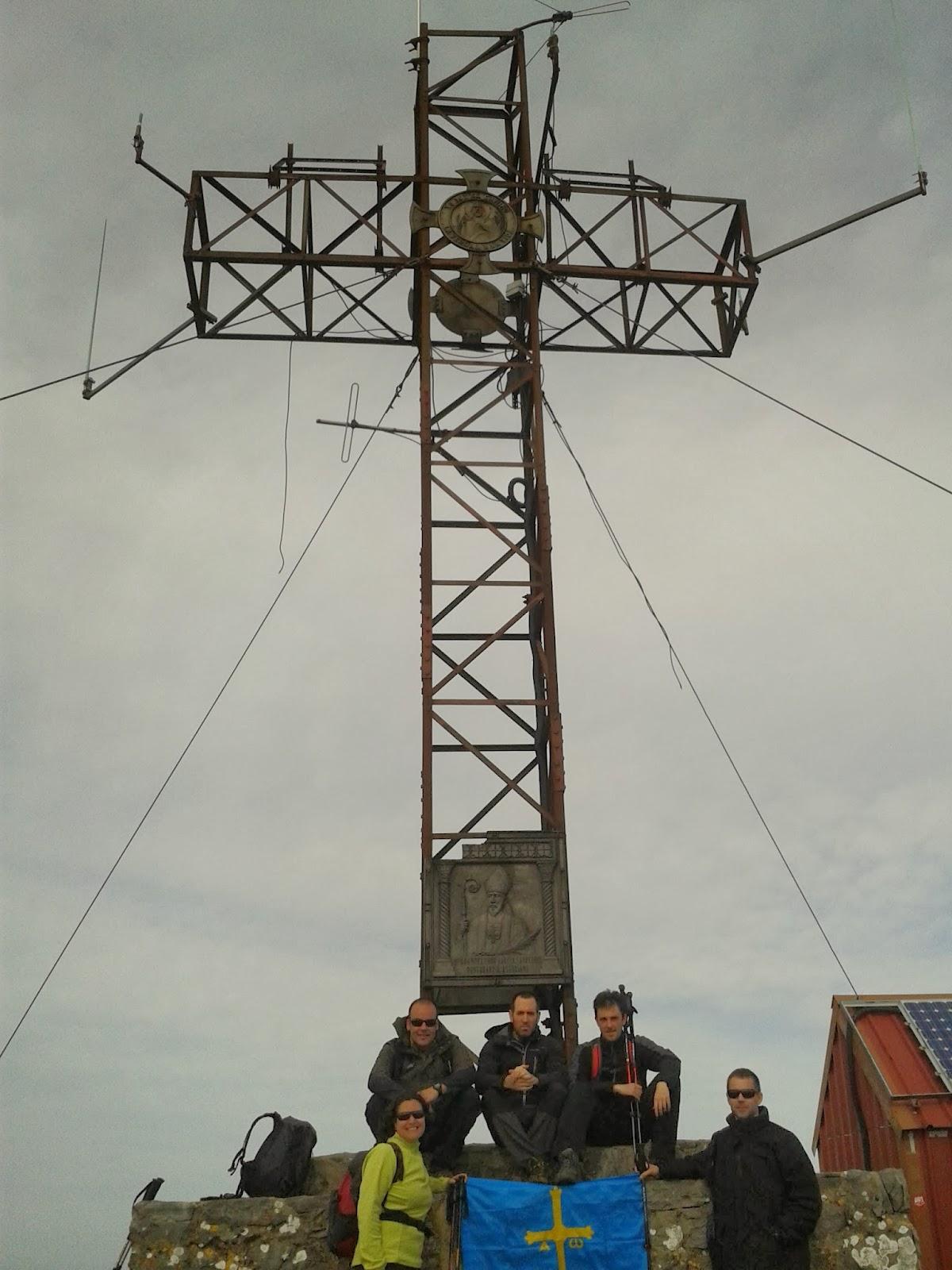 Ruta Pico Pienzu: Foto en la cima con la cruz