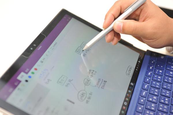 Surface Pro 4的手寫筆與觸控面板操作流暢,使用上就像一般筆記本。