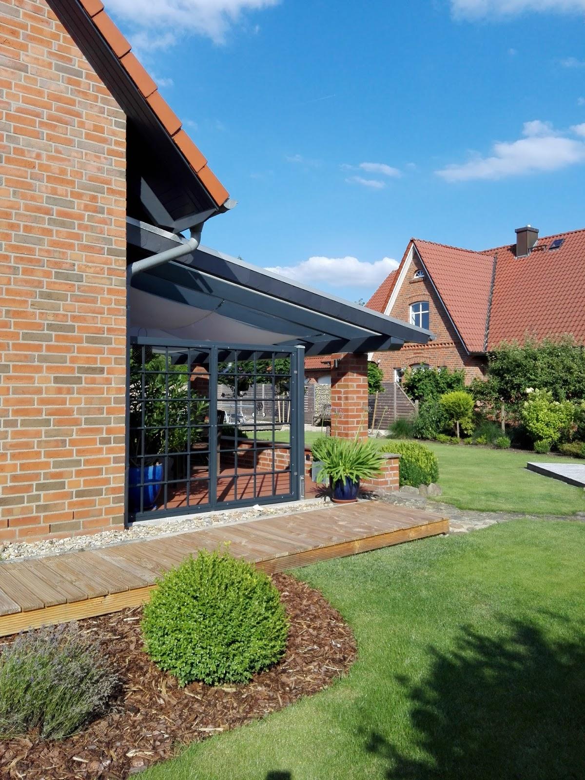 Industriefenster als Abtrennung für Terrasse