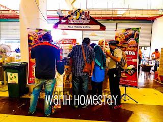 Warih-Homestay-Pelanggan-Ayam-Pusing-Bonda-Menunggu-Dengan-Sabar