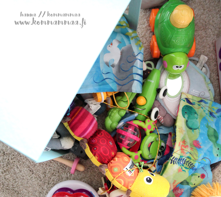 vauvan lelut lattialla