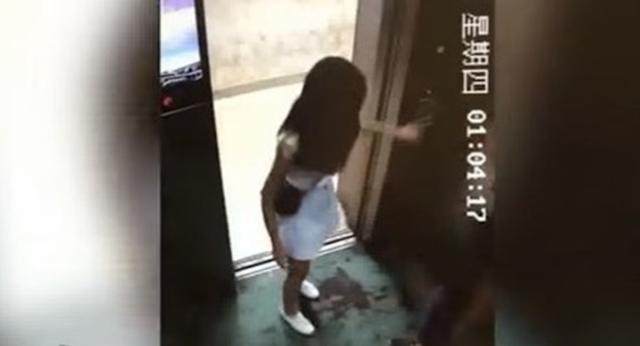 Cewek Ini Diseret Masuk ke Dalam Lift, Lihat yang Dilakukan Si Cowok Padanya. Miris banget dah!
