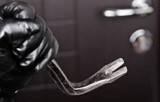 Η αστυνομία προειδοποιεί: Τι να (μην) κάνεις αν έρθεις αντιμέτωπος με έναν ληστή στο σπίτι