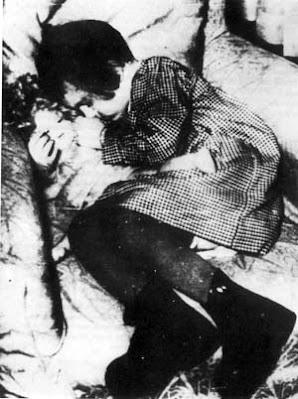La fillette endormie tenant sa poupée, photographiée dans le camp de Drancy, peu de temps avant sa déportation vers Auschwitz.