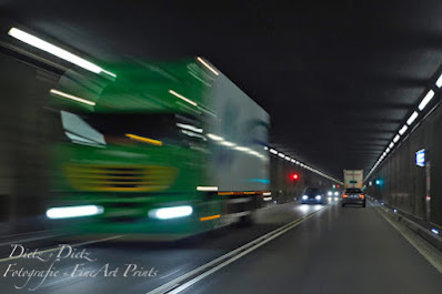 05:10 Uhr - pünktlich konnten die Arbeiten in dieser Nacht abgeschlossen werden und der morgendliche Verkehr rollt seit 10 Minuten wieder sicher unter den Alpen durch. Am Abend jedoch wird der Tunnel erneut geschlossen und die nächste Etappe im aufwändigen Unterhalt des einstmals längsten Strassentunnels der Welt durch die Angestellten des Amt für Betrieb Nationalstrassen AfBN in Angriff genommen.