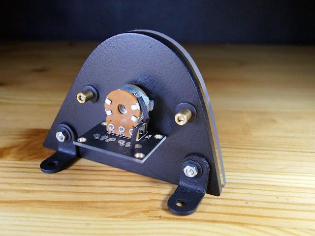 Панель с регулятором громкости. Вид сзади