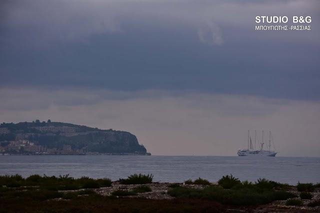Το ιστιοφόρο κρουαζιερόπλοιο Wind Star φεύγει από το Ναύπλιο